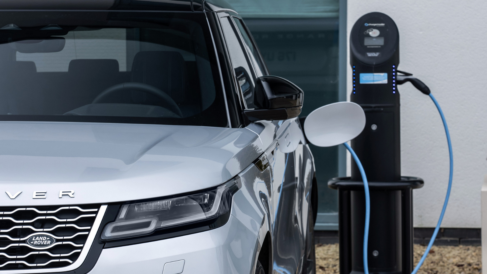 CHARGING AN ELECTRIFIED LAND ROVER VEHICLE